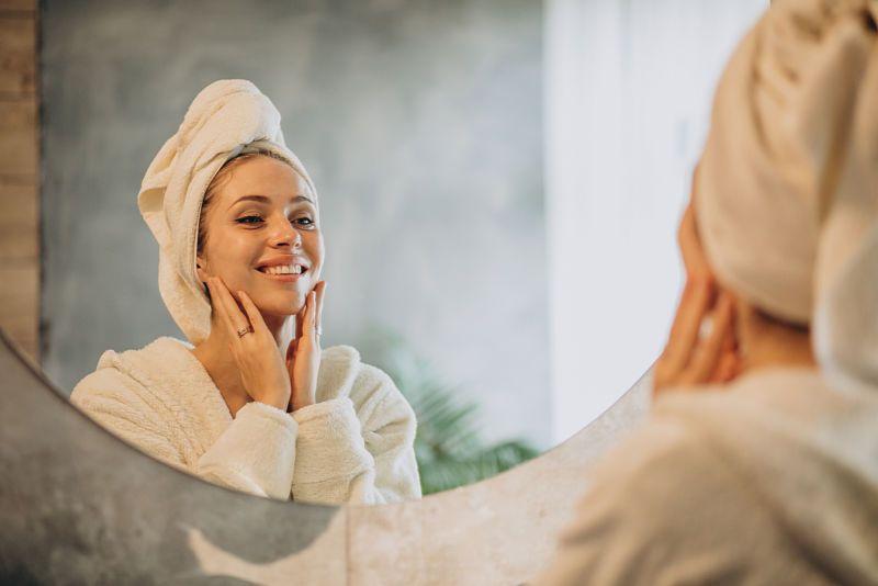 Una mujer utiliza un producto de cosmética con aceite de oliva